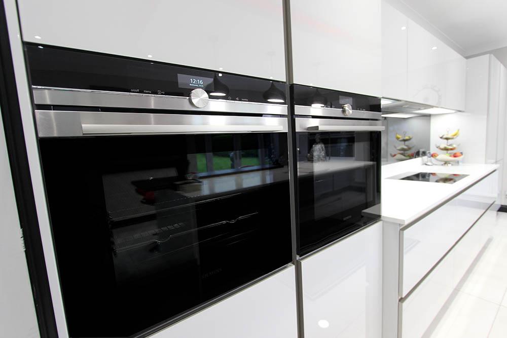 Schüller Next 125 White Glassline Kitchen - Siemens Ovens