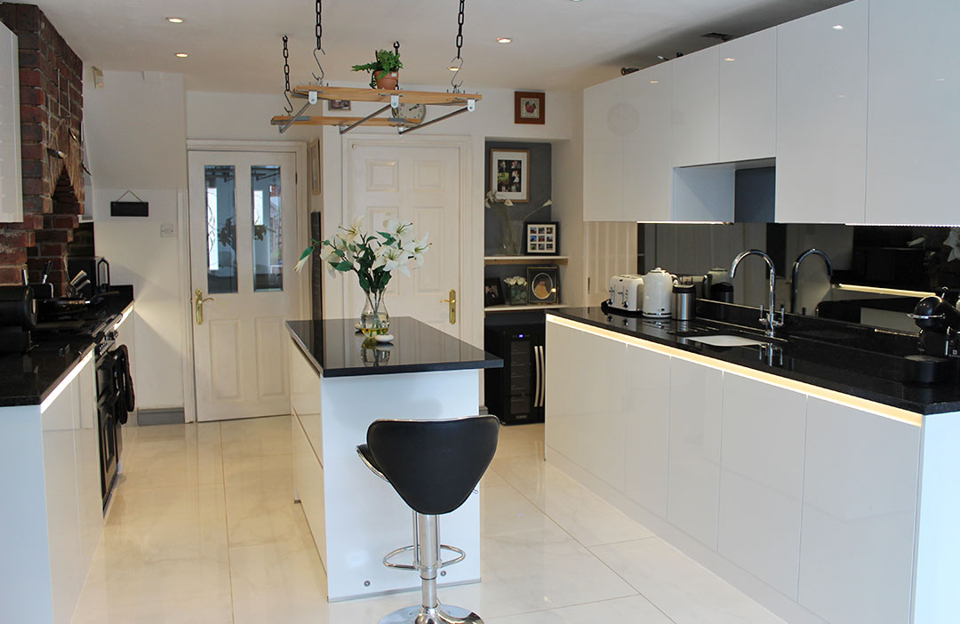 Schuller Crystal White High Gloss installation